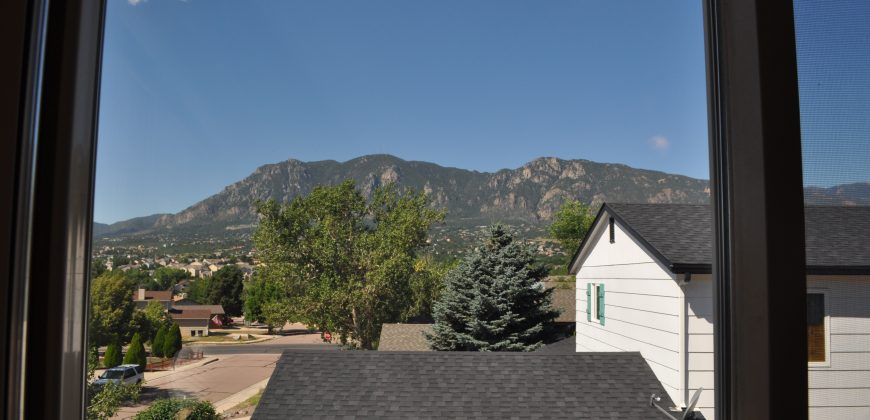 Beautiful Tri-Level with Mountain Views